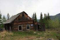 Один из домов старого затопленного поселка