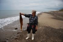 Светлана Александровна Трофимова показывает лист морской капусты