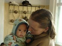 Самый маленький житель Мадуйки на руках у участницы экспедиции студентки РГГУ Даши Вахоневой